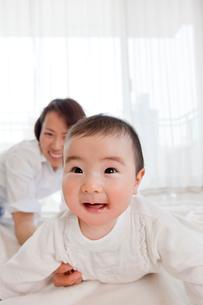 リビングで笑う赤ちゃんと母親の写真素材 [FYI02839256]