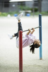 鉄棒で遊ぶ女の子の写真素材 [FYI02839273]
