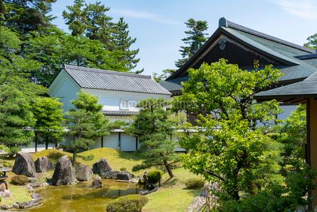 彦根城博物館 日本庭園と建物の写真素材 [FYI02839290]
