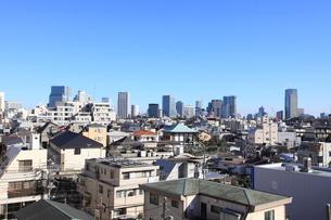 住宅街から見たビル街の写真素材 [FYI02839312]