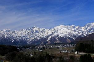 4月春,残雪の北アルプスと白馬村の写真素材 [FYI02839362]