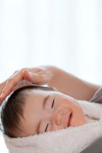 寝ている赤ちゃんと母親の手の写真素材 [FYI02839365]
