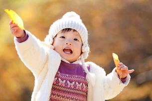 紅葉の公園で笑う女の子の写真素材 [FYI02839366]