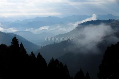 熊野古道から望む山並みの写真素材 [FYI02839371]