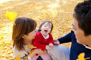 紅葉の公園で遊ぶ3人家族の写真素材 [FYI02839373]