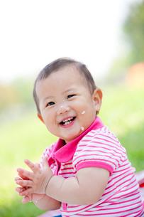 公園でご飯粒をつけて笑う女の子の写真素材 [FYI02839377]