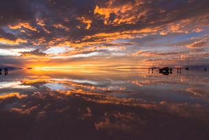 ミラーレイク・ウユニ塩湖の絶景夕景の写真素材 [FYI02839402]