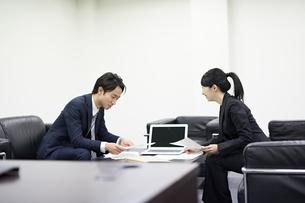 会議中のビジネスマンの写真素材 [FYI02839413]