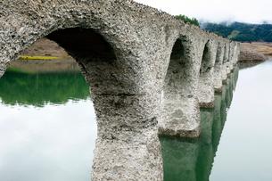 6月 タウシュベツ川橋梁  北海道のアーチ橋跡の写真素材 [FYI02839418]