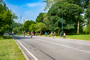セントラルパークでサイクリング、ジョギングする人々の写真素材 [FYI02839441]