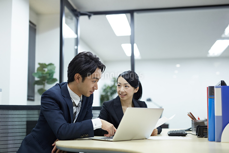 パソコンを見るビジネスマンの写真素材 [FYI02839469]