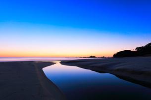 夜明けの浜辺に小川の写真素材 [FYI02839470]