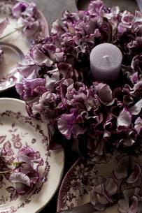 アンティークのお皿とスイートピーのフラワーリースの写真素材 [FYI02839474]