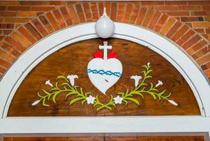 大曽教会入り口のハートと十字架のマークの写真素材 [FYI02839482]