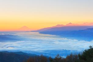 高ボッチ高原より朝焼けの富士山と南アルプスに雲海の写真素材 [FYI02839490]