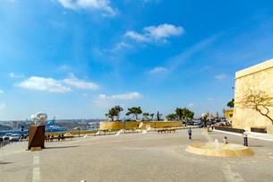 オーベルジュ・ド・カスティーユから望むグランド港の写真素材 [FYI02839491]