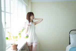 朝コーヒーを飲む女性の写真素材 [FYI02839498]