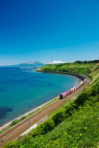 貨物列車と駒ヶ岳と噴火湾の写真素材 [FYI02839564]