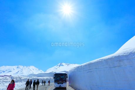 立山 雪の大谷と高原バスの写真素材 [FYI02839568]