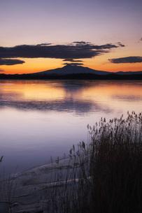 涛沸湖の朝と斜里岳の写真素材 [FYI02839618]