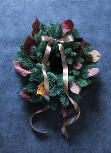 モミと落ち葉のクリスマスリースの写真素材 [FYI02839631]