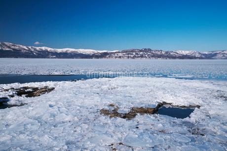 屈斜路湖の氷とフロストフラワーの写真素材 [FYI02839645]