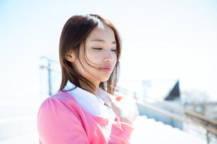 風になびく髪の女性の写真素材 [FYI02839683]