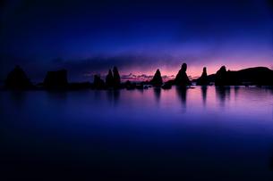 橋杭岩と朝焼けの写真素材 [FYI02839686]