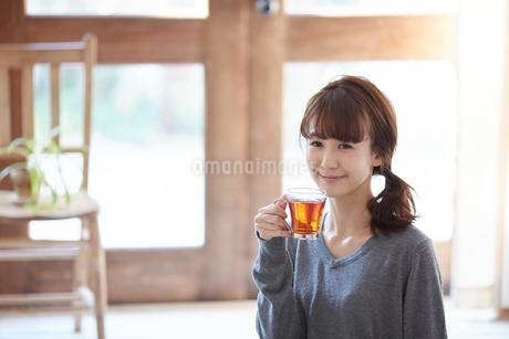 ティータイムを楽しむ女性の写真素材 [FYI02839691]