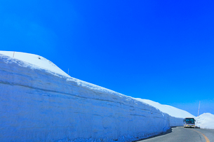 立山 雪の大谷と高原バスの写真素材 [FYI02839723]