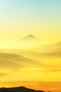 高ボッチ高原より朝焼けの富士山と諏訪湖の写真素材 [FYI02839738]