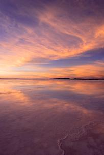 ミラーレイク・ウユニ塩湖の絶景夕景の写真素材 [FYI02839755]