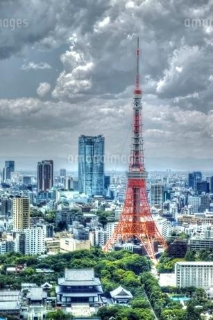もくもくとした曇り空と東京タワーの写真素材 [FYI02839762]
