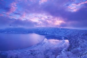 摩周湖の朝と樹氷の写真素材 [FYI02839774]