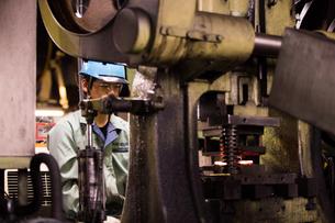 工場で働く30代男性の写真素材 [FYI02839793]