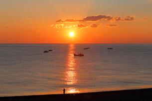 七里御浜海岸から望む朝日の写真素材 [FYI02839822]