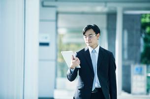 歩くビジネスマンの写真素材 [FYI02839825]