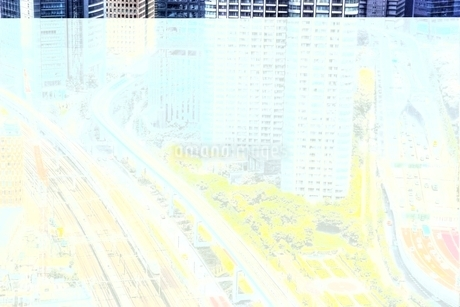東京の街並みを駆け抜ける新幹線の写真素材 [FYI02839837]