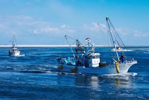 尾岱沼漁港に帰港するホタテ船と野付湾の写真素材 [FYI02839858]
