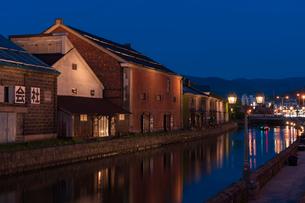 初夏の小樽運河と倉庫群の写真素材 [FYI02839862]