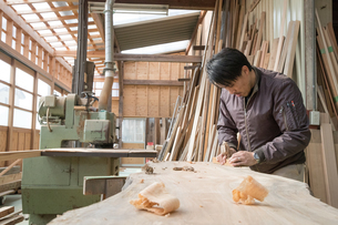 家具を作る男性の写真素材 [FYI02839876]