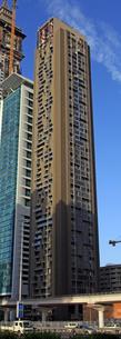 ドバイの超高層ビル(Al Rostamani Maze Tower)の写真素材 [FYI02839891]