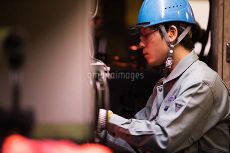 工場で働く30代男性の写真素材 [FYI02839904]