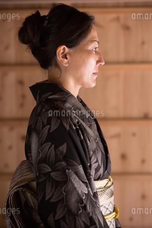 大島紬を着てポーズする40代女性染色家の写真素材 [FYI02839972]