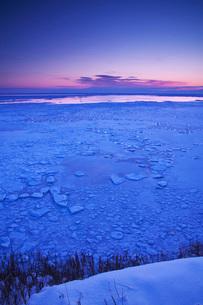 能取岬の朝と流氷の写真素材 [FYI02839979]