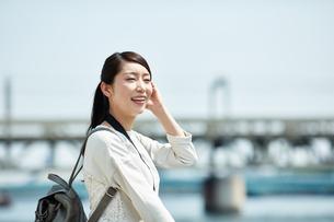 川辺の爽やかな女性の写真素材 [FYI02839986]