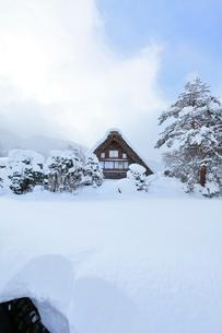 小雪舞う冬の白川郷の写真素材 [FYI02839989]