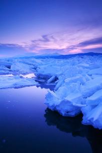 朝の流氷と知床連山の写真素材 [FYI02840024]