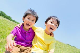 公園で遊ぶ男の子2人の写真素材 [FYI02840046]