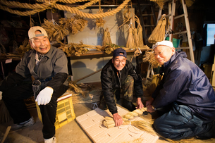 冬の農閑期にしめ縄作りする70~80代男性の写真素材 [FYI02840069]